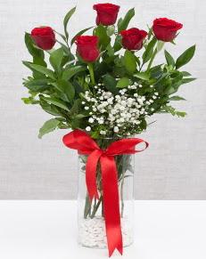 cam vazo içerisinde 5 adet kırmızı gül  Diyarbakır çiçekçi telefonları