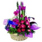 çikolata ve sepette çiçek   Diyarbakır uluslararası çiçek gönderme