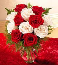 Diyarbakır çiçek satışı  5 adet kirmizi 5 adet beyaz gül cam vazoda