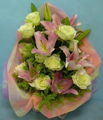 11 adet gül ve 2 adet kazablanka buketi  Diyarbakır online çiçekçi , çiçek siparişi