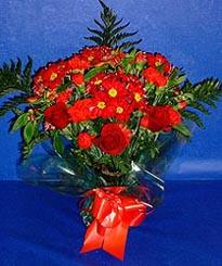 Diyarbakır kaliteli taze ve ucuz çiçekler  3 adet kirmizi gül ve kir çiçekleri buketi