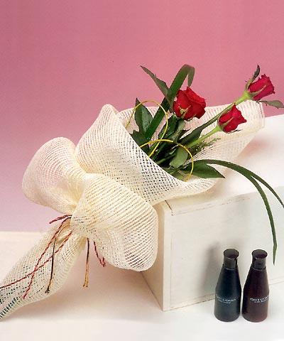 3 adet kalite gül sade ve sik halde bir tanzim  Diyarbakır İnternetten çiçek siparişi