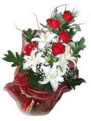 Diyarbakır çiçekçiler  5 adet kirmizi gül 1 adet kazablanka çiçegi buketi