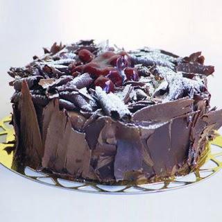 pasta yolla 4 ile 6 kisilik visneli çikolatali yas pasta  Diyarbakır yurtiçi ve yurtdışı çiçek siparişi