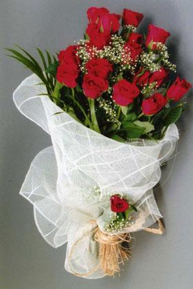 10 adet kirmizi güllerden buket çiçegi  Diyarbakır çiçek siparişi vermek