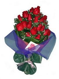 12 adet kirmizi gül buketi  Diyarbakır çiçek yolla