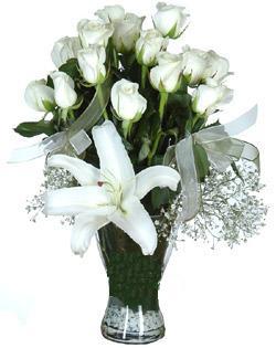 cam içerisinde 11 beyaz gül ve 1 kazablanka  Diyarbakır yurtiçi ve yurtdışı çiçek siparişi