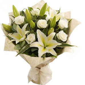 Diyarbakır ucuz çiçek gönder  3 dal kazablanka ve 7 adet beyaz gül buketi