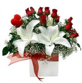 Diyarbakır güvenli kaliteli hızlı çiçek  1 dal kazablanka 11 adet kırmızı gül vazosu