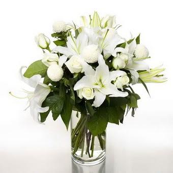 Diyarbakır uluslararası çiçek gönderme  1 dal cazablanca 7 adet beyaz gül vazosu