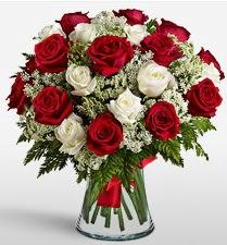 Vazoda 12 kırmızı 12 beyaz gül tanzimi  Diyarbakır çiçek satışı