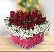 15 kırmızı gülden kalp mika çiçeği  Diyarbakır çiçek online çiçek siparişi
