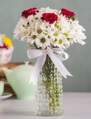Papatya Ve Güllerin Uyumu camda  Diyarbakır uluslararası çiçek gönderme