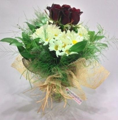 5 adet kırmızı gül ve kırızantem buketi  Diyarbakır çiçek gönderme