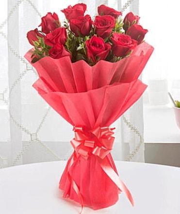 12 adet kırmızı gülden modern buket  Diyarbakır 14 şubat sevgililer günü çiçek