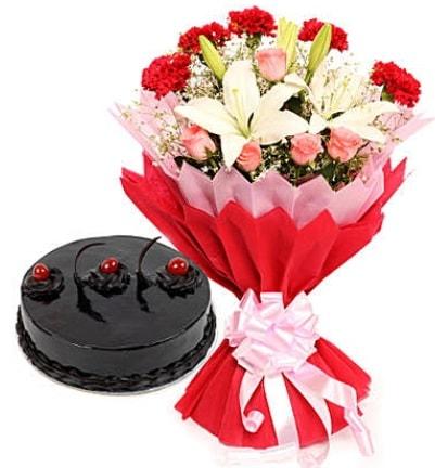 Karışık mevsim buketi ve 4 kişilik yaş pasta  Diyarbakır güvenli kaliteli hızlı çiçek
